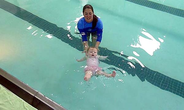 วิธีการสอนลูกว่ายน้ำ ทำให้เด็กคุ้นเคยกับน้ำ