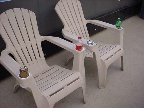 วิธีเพิ่มที่วางแก้วให้กับเก้าอี้พลาสติก
